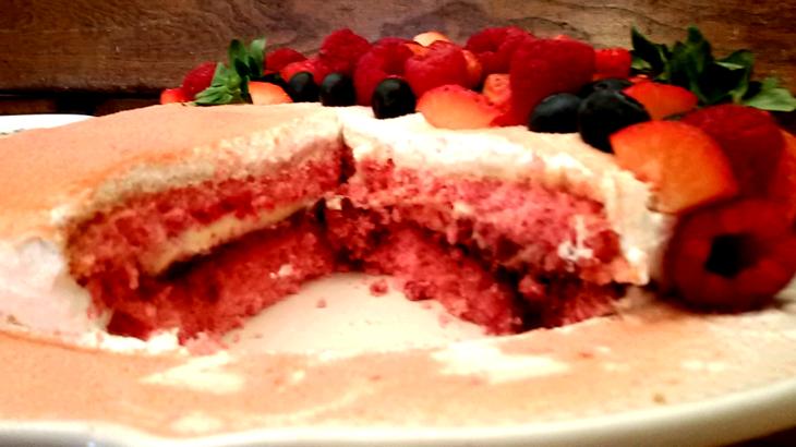 torta-pan-di-spagna-rosa-e-frutti-rossi