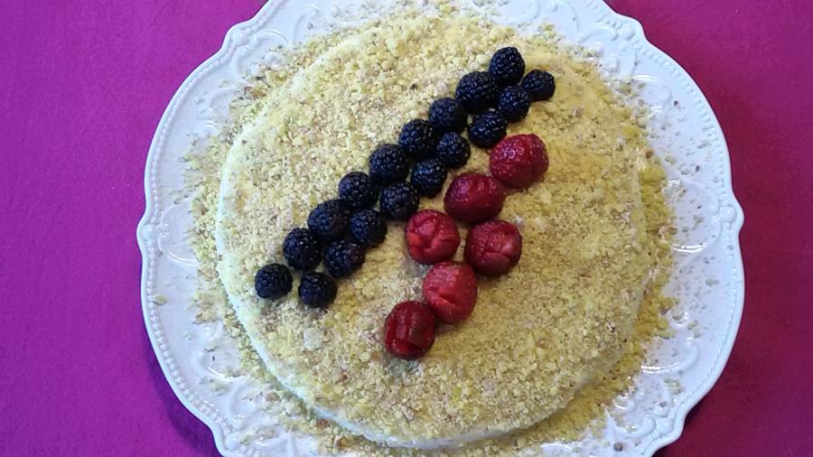 Torta mimosa all'ananas con granella dinocciole