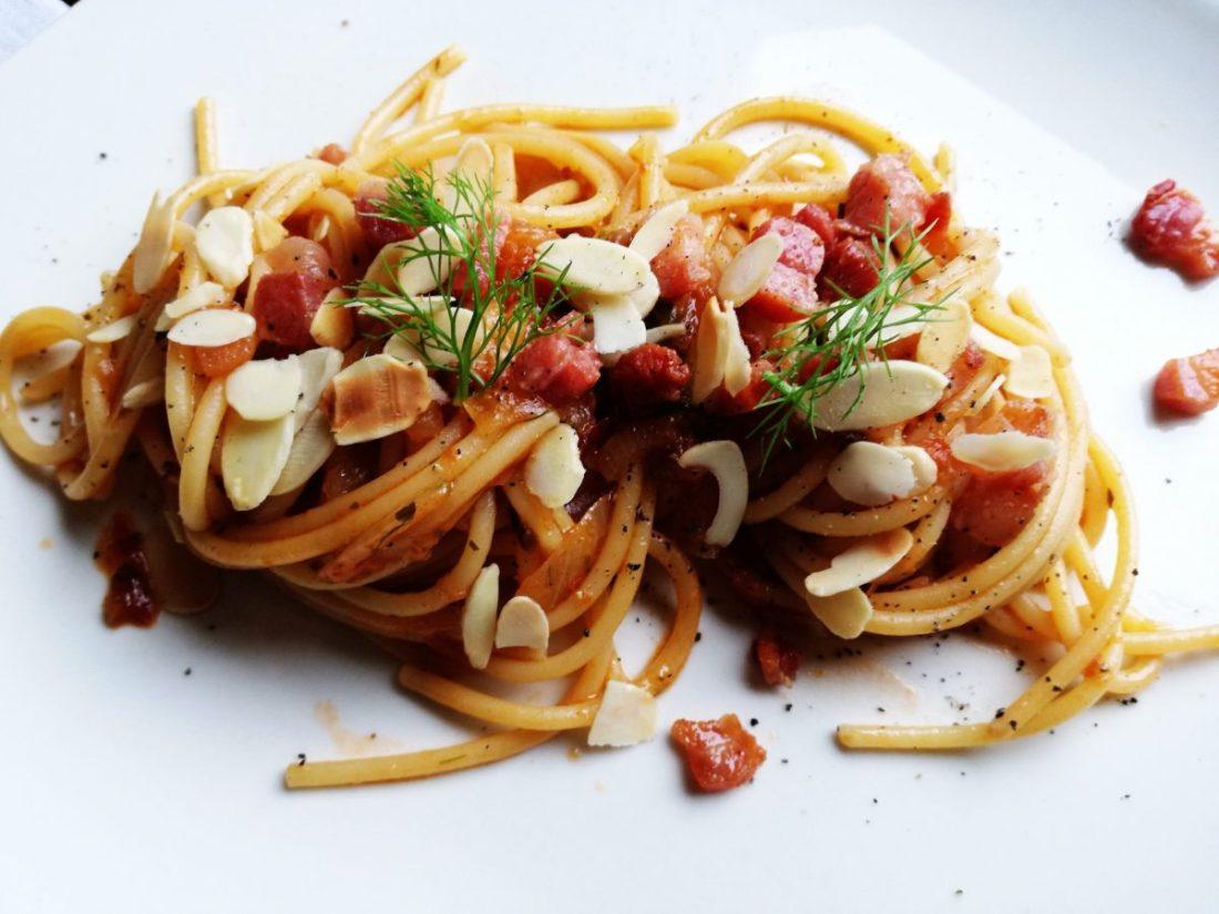 Spaghetti pomodoro, mandorle e barba di finocchio ©Fraduefuochi