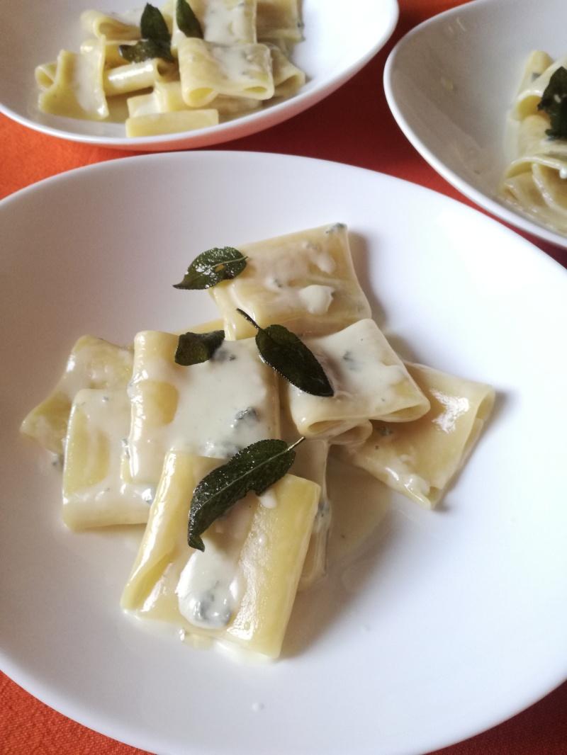 pasta al gorgonzola con salvia fritta