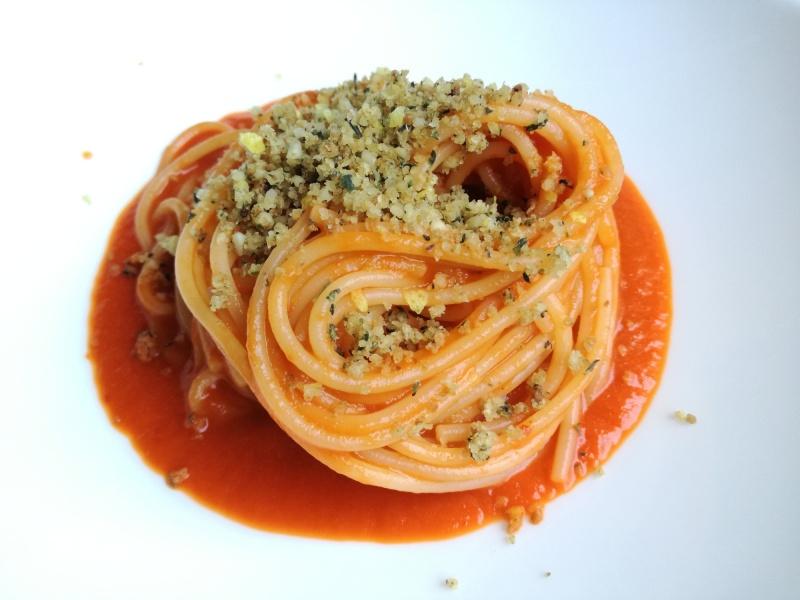 Spaghetti con crema di peperoni arrostiti e crumble aromatico