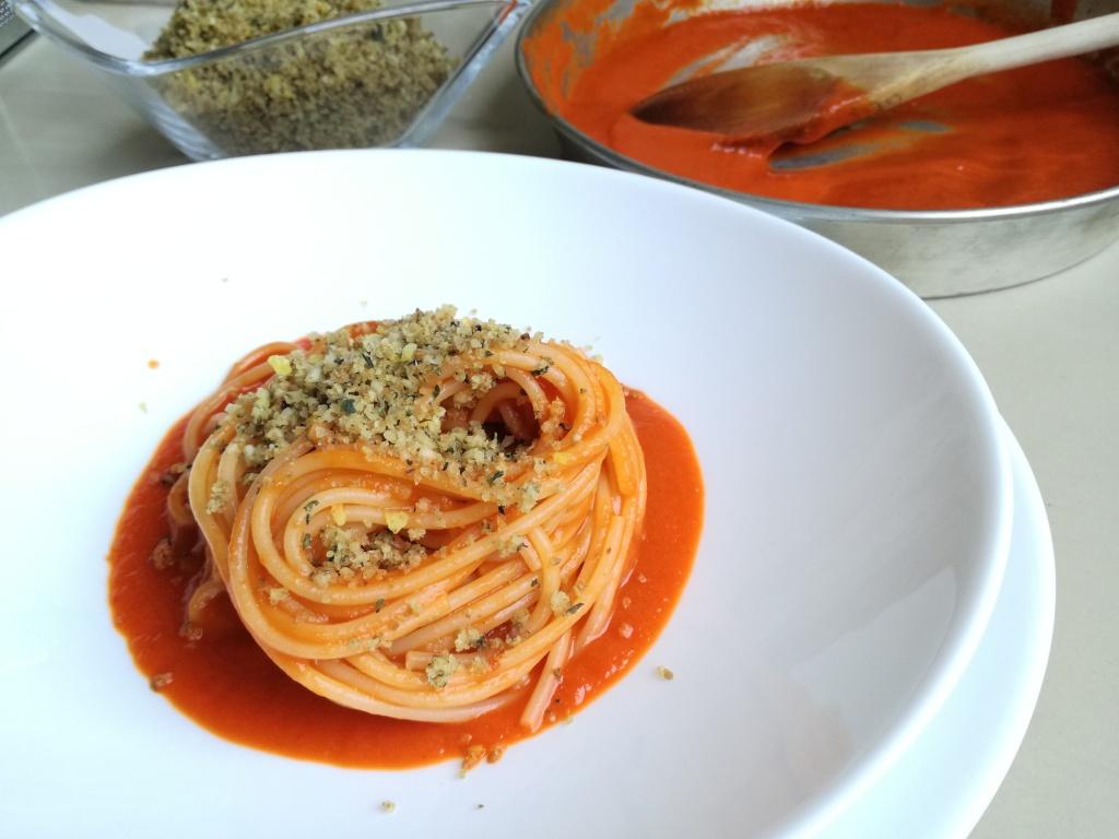Spaghetti-con-crema-di-peperoni-arrostiti-e-crumble-aromatico