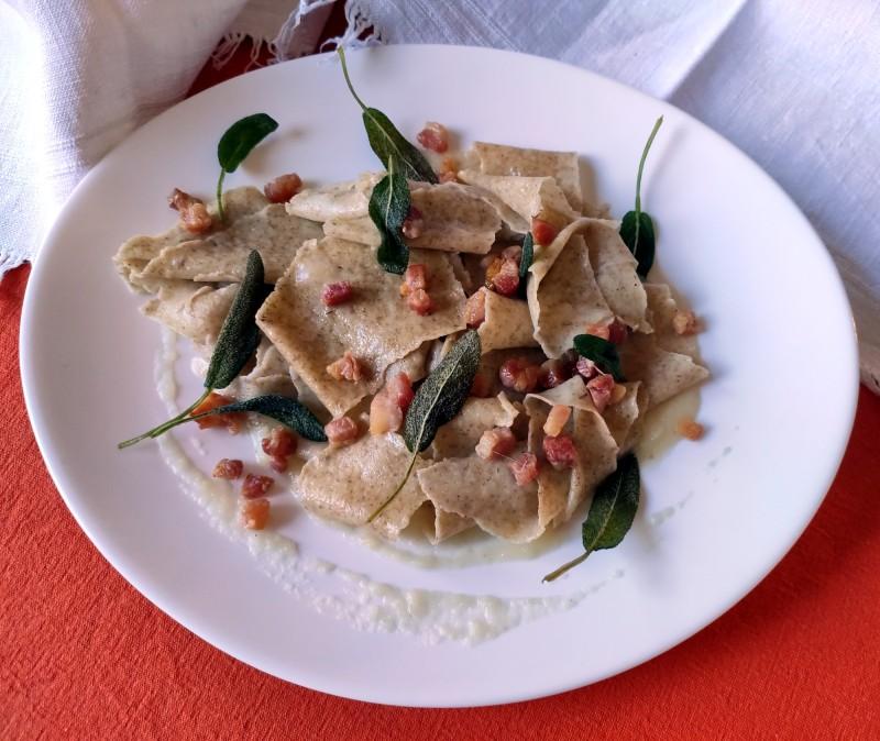 stianconi di segale con salsa di pere e pancetta